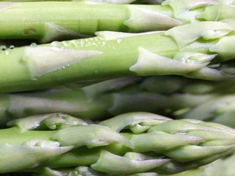 Groene asperges bakken